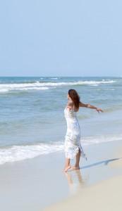 "<alt=""woman at the beach""/>"